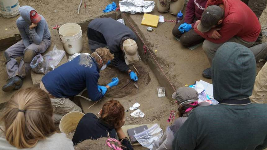 Hallazgo de los restos de las dos niñas en el yacimiento de Upward Sun River, en Alaska.