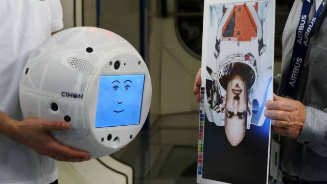 CIMON, durante el entrenamiento para que su visión artificial reconoza a su compañero, el astronauta Alexander Gerst.