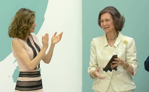 La reina Letizia aplaude a la reina Sofía, en un homenaje de la FAD, en junio de 2016.