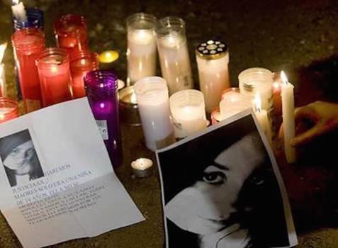 Maores, una adolescente de Ripollet (Barcelona), fue asesinada por un compañero de clase del que estaba enamorada. En la imagen, fotografías de la joven y velas cerca de su domicilio.