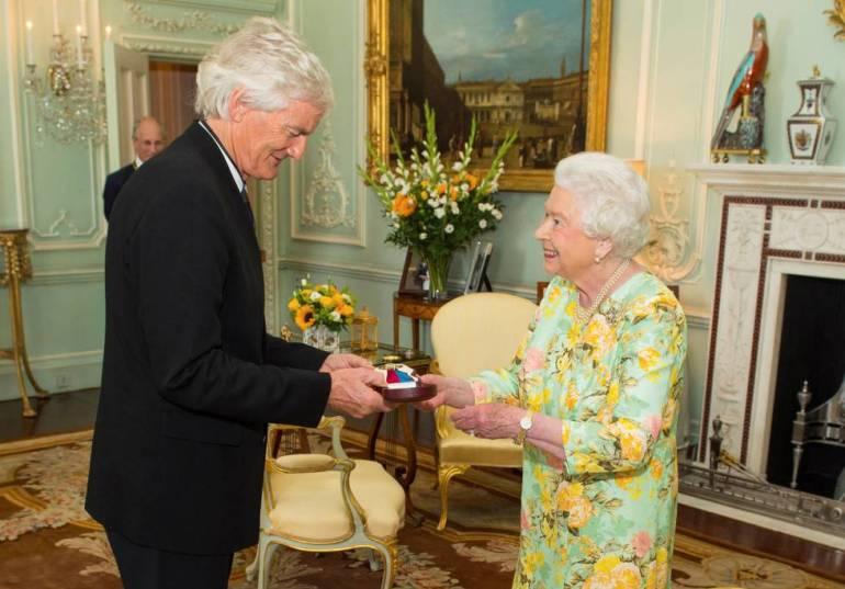 James Dyson junto a la reina Isabel II.