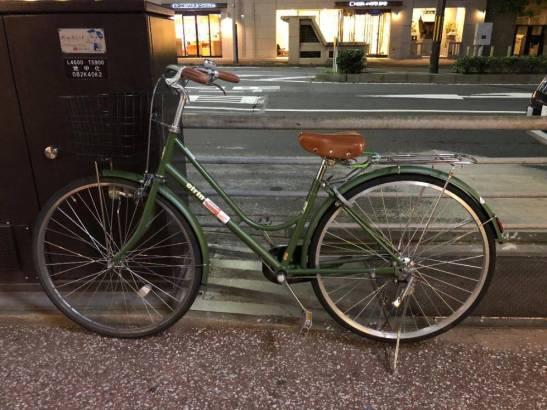 Bicicleta aparcada en la calle sin grandes medidas de seguridad