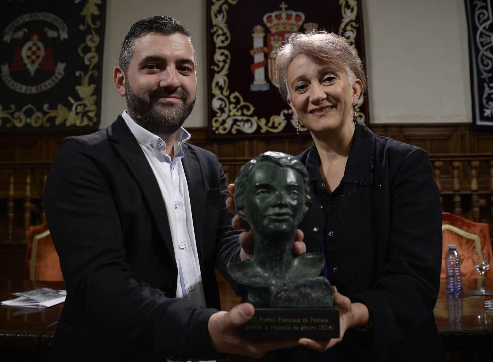 Javier Juárez y Nora Botero exhiben el busto de Pedraza este jueves en el paraninfo de la Universidad de Alcalá.