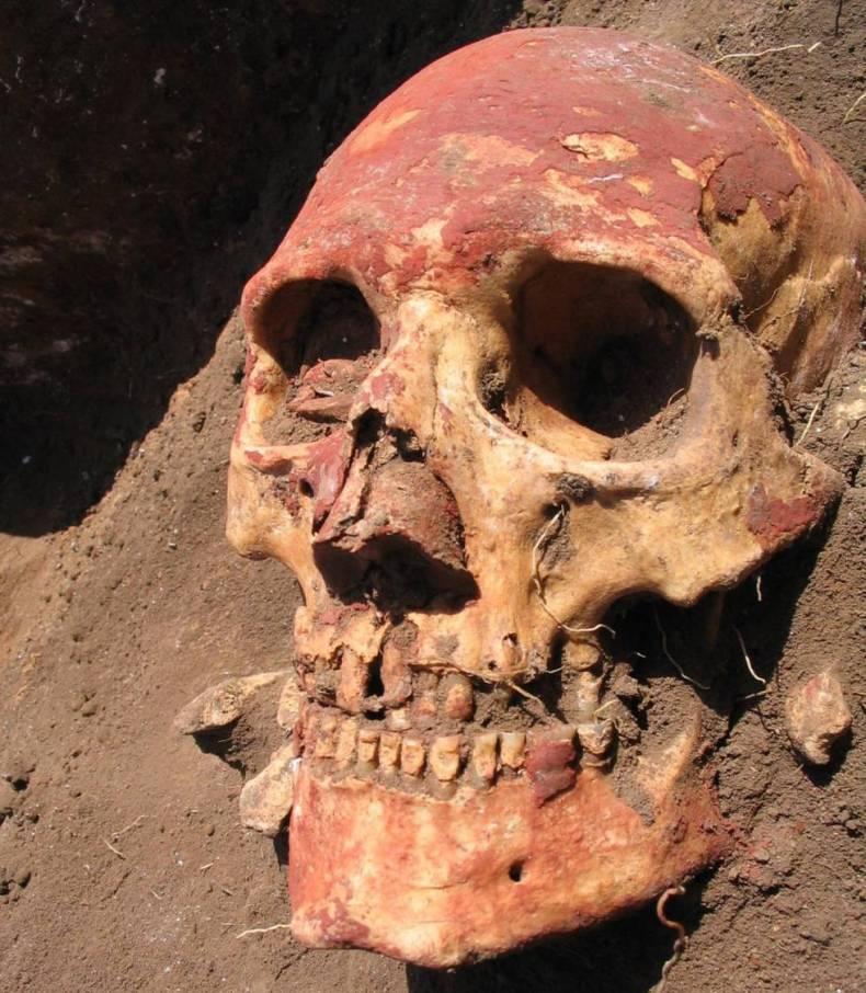 Cadáver de un enterramiento de la cultura yamnaya pintado de ocre rojo.