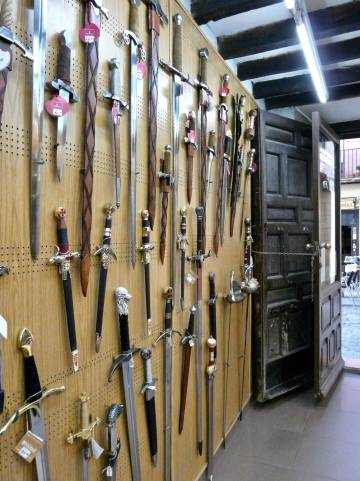 Algunas de las espadas a la venta en la tienda de Mariano.