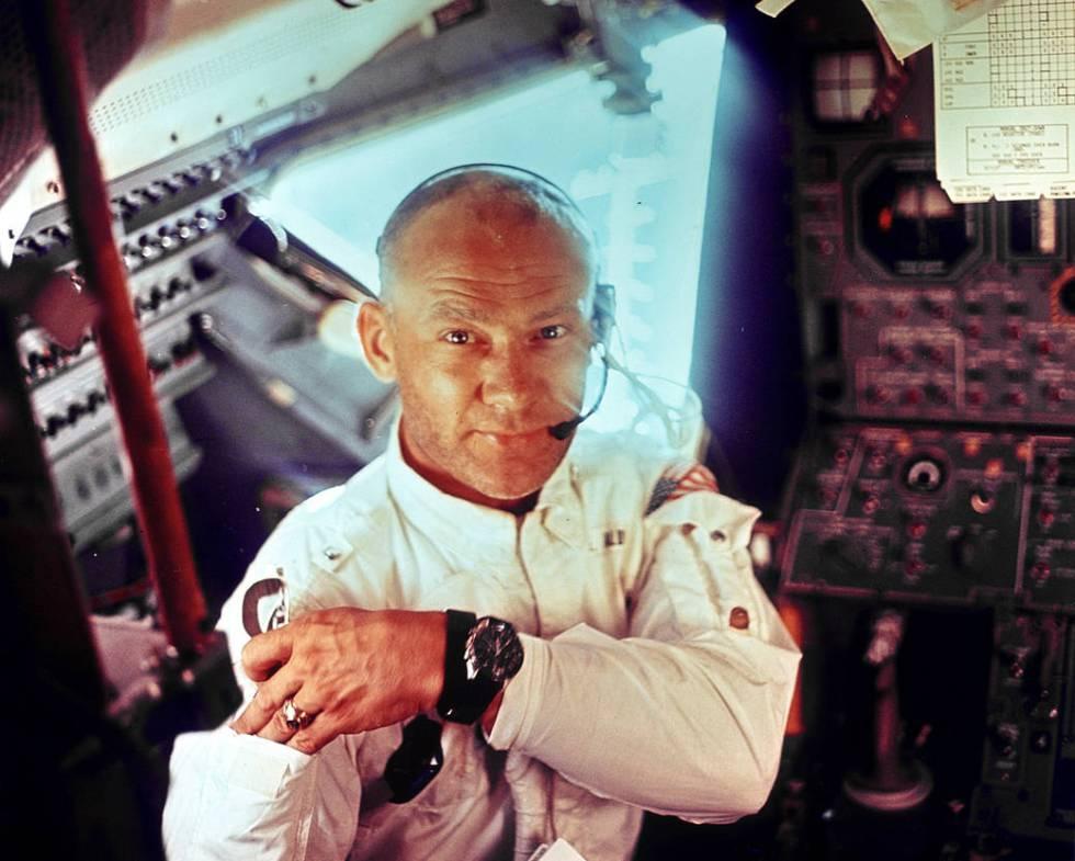 Edwin E. Aldrin, en el interior del módulo lunar.