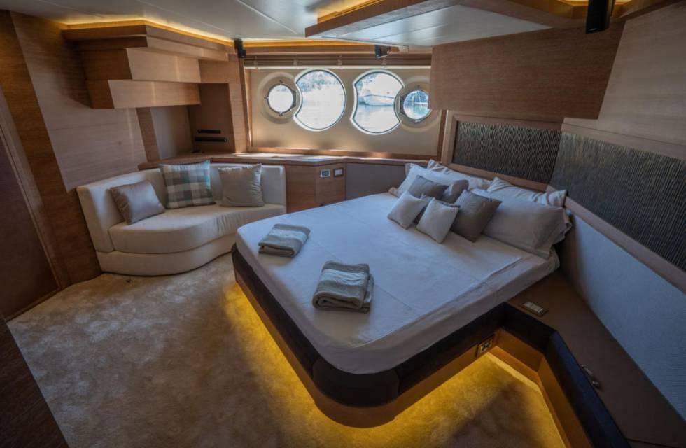 Uno de los cuatro dormitorios con los que cuenta la embarcación.