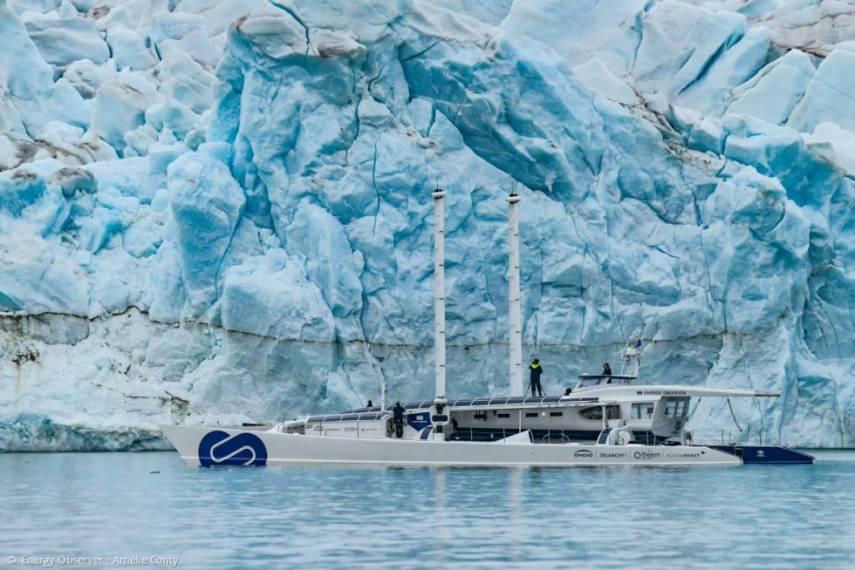 El Energy Observer en la isla de Spitsbergen, a 1.200 km del Polo norte, durante su vuelta al mundo.