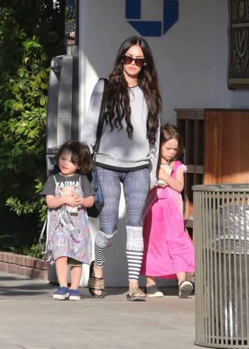Megan Fox, con dos de sus hijos, en Malibú, en 2017.