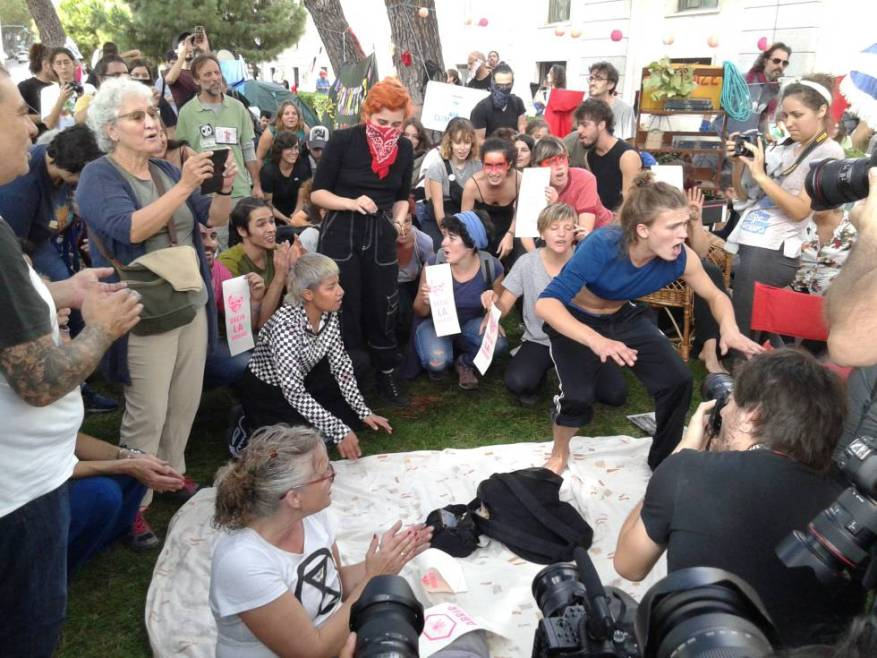Personas de todas las edades se reunieron frente al ministerio en Madrid.