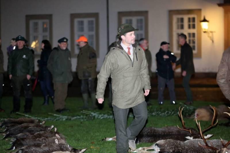 La familiar real de Dinamarca y ciervos muertos