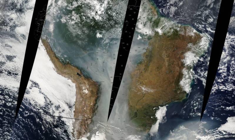 El humo de los incendios del verano de 2010 cubría buena parte de la ladera oriental de los Andes