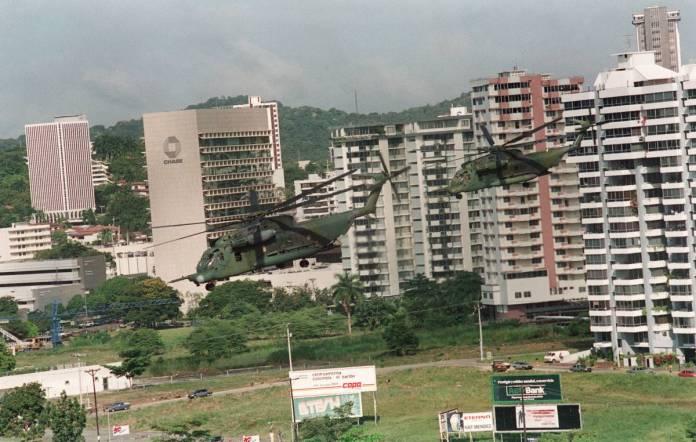 Fuerzas militares de EE UU patrullan el centro de Ciudad de Panamá después de la invasión.