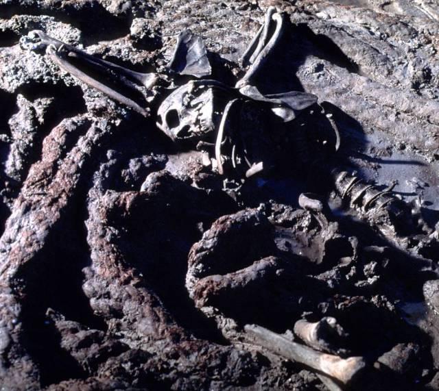 El esqueleto hallado junto a la soga del ancla del 'La Belle'.