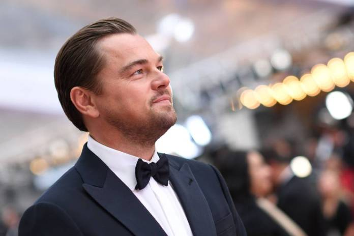 Leonardo DiCaprio on February 9 on the Oscar red carpet. Your hair is an example that the hair band or hairspray does not cause hair loss.