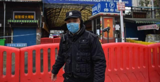 Acceso al mercado de Wuhan, vigilado el pasado enero.