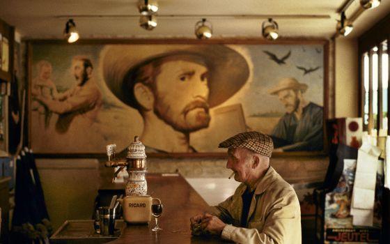Mural de la película 'El loco del pelo rojo', de Vincente Minnelli, en un bar de Auvers-sur-Oise (Francia).
