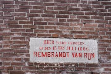 Una placa en una pared de Weddesteeg indica el lugar donde nació Rembrandt en 1606, en Leiden. La casa fue demolida a principios del siglo XX.