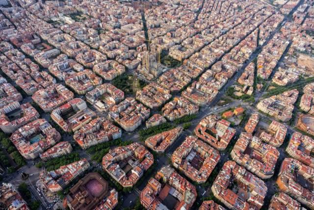 Vista aérea del Eixample y La Sagrada Familia de Barcelona.