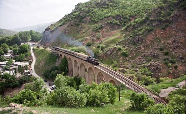 Un tren a su paso por el puente de Bisheh, en Irán.
