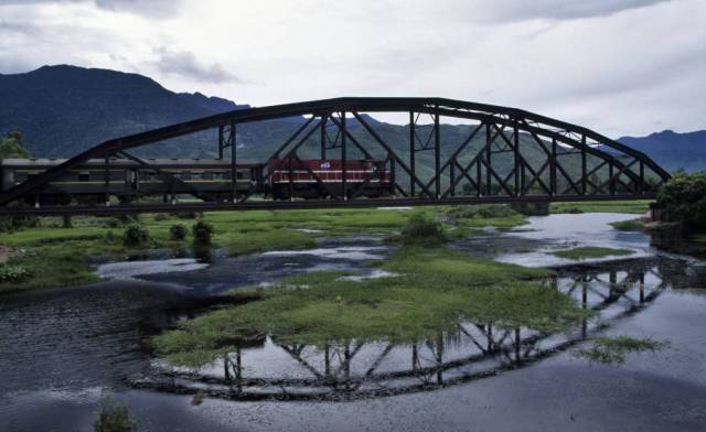 El llamado Reunification Express Train cruza un puente cerca de la ciudad de Lang Co (Vietnam).