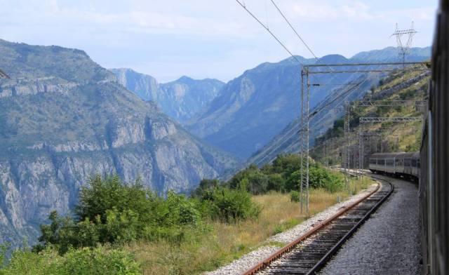 En tren que conecta Serbia con Montenegro en un trayecto de algo más de 470 kilómetros se adentra por los Alpes Dináricos.