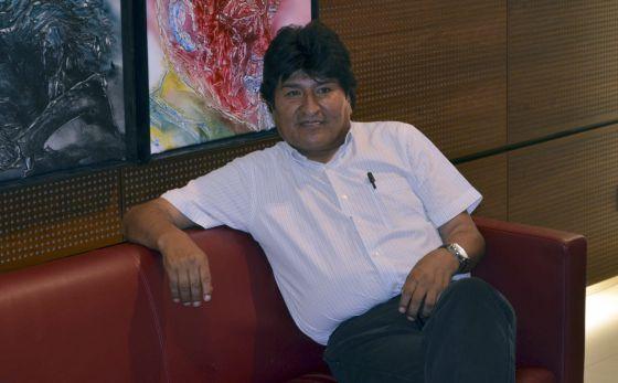 Evo Morales espera en el aeropuerto de Viena. / JORDI KUHS (EFE)