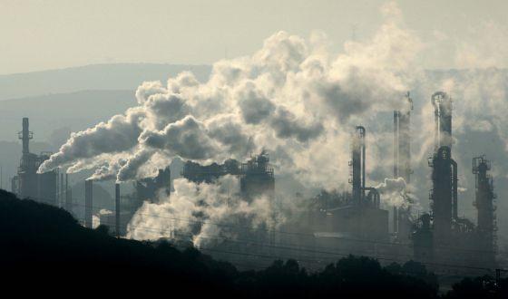 Emisión de gases industriales en la bahía de Algeciras en 2006. / JOSÉ BIENVENIDO (EL PAÍS)