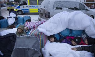 Varios niños sirios duermen en una calle en Estocolmo (Suecia).