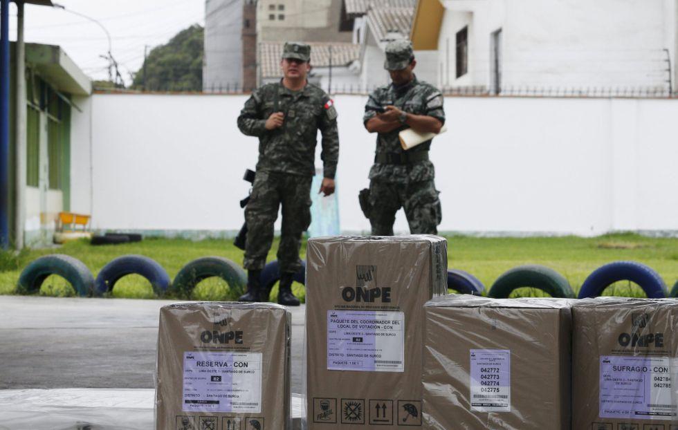 Militares vigilan el material electoral que se usará este domingo en Perú.