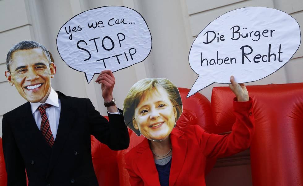Manifestantes en contra de la firma del TTIP en Hannover (Alemania).