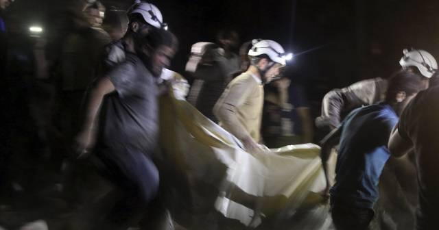 Miembros de los equipos de rescate transportan a un herido rescatado del hospital atacado.