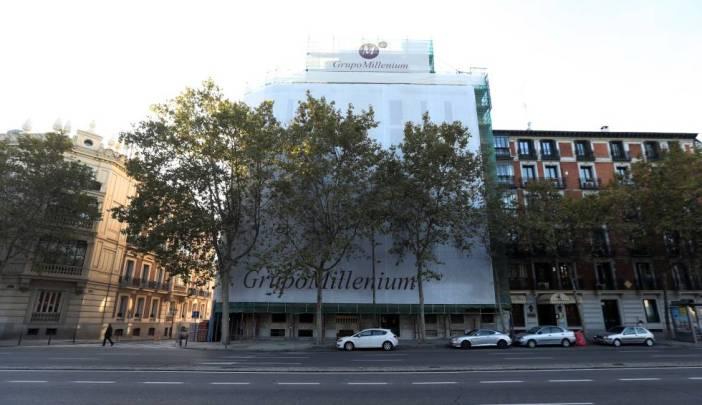 Fachada del edificio (con lona) de la calle Alfonso XII de Madrid donde Moisés Mansur adquirió una vivienda de lujo.