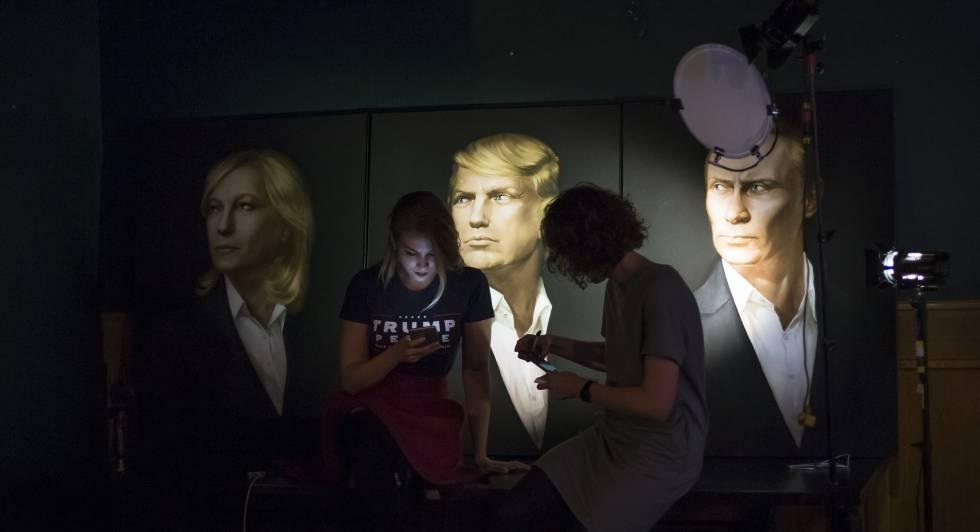 Dos mujeres en Moscú ante un cartel que muestra a Putin y Trump.