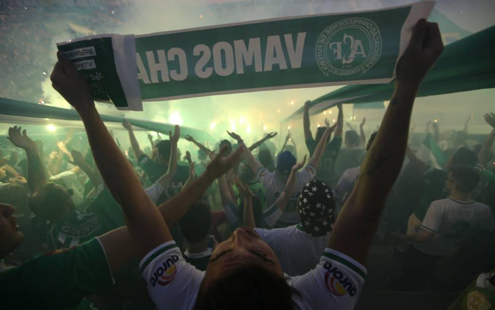 Aficionados del Chapecoense en el estadio Arena Conda.