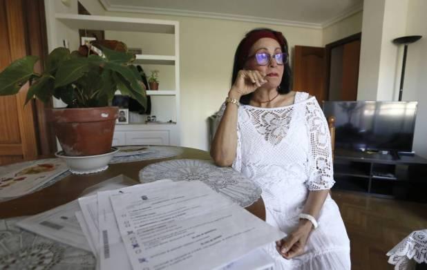 Nadezka Medina, en su casa, con los papeles para solicitar una ayuda al Gobierno español.
