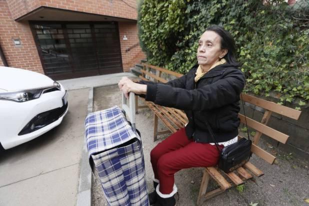 Bety espera con el carrito en la puerta de la iglesia donde va a recoger comida, en Alcobendas.