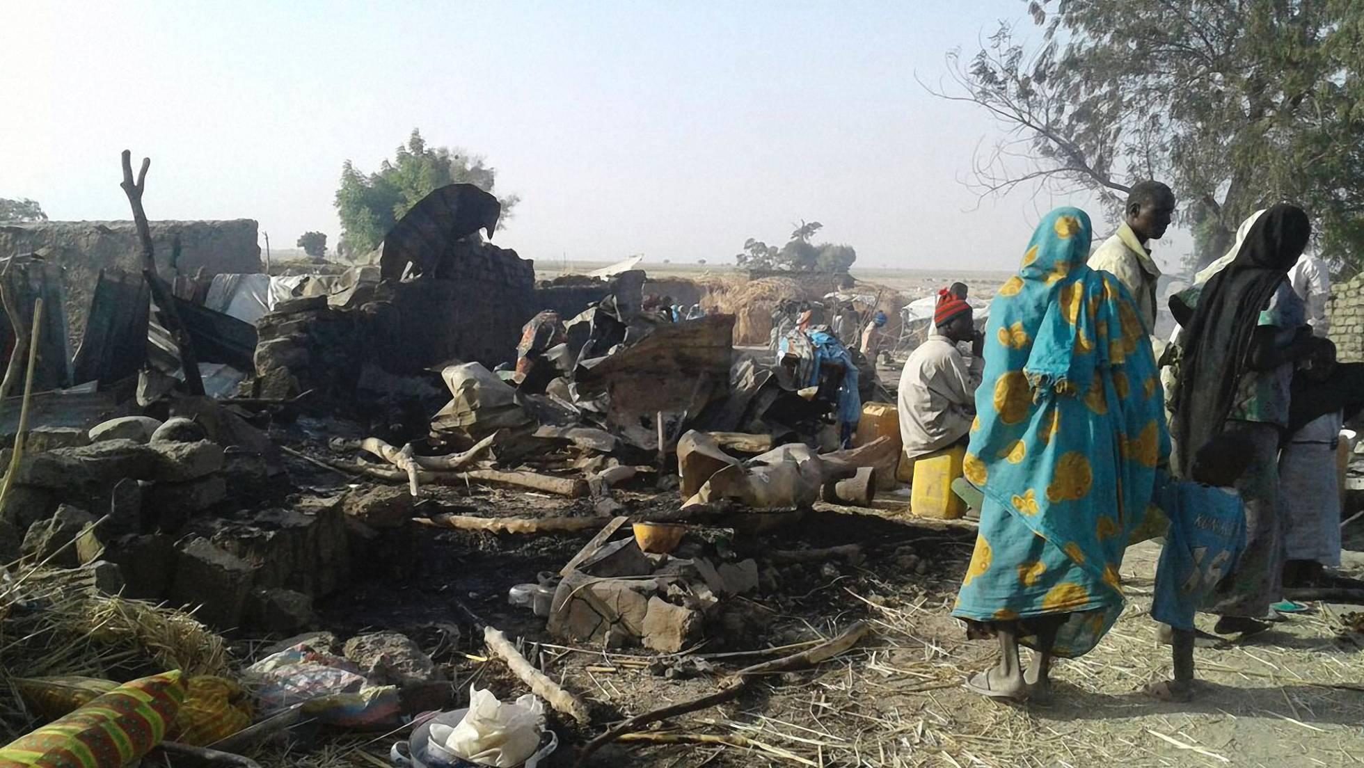 Desplazados del campo de Rann (Nigeria), junto a tiendas destruidas por el ataque del Ejército, este martes. MSF AFP