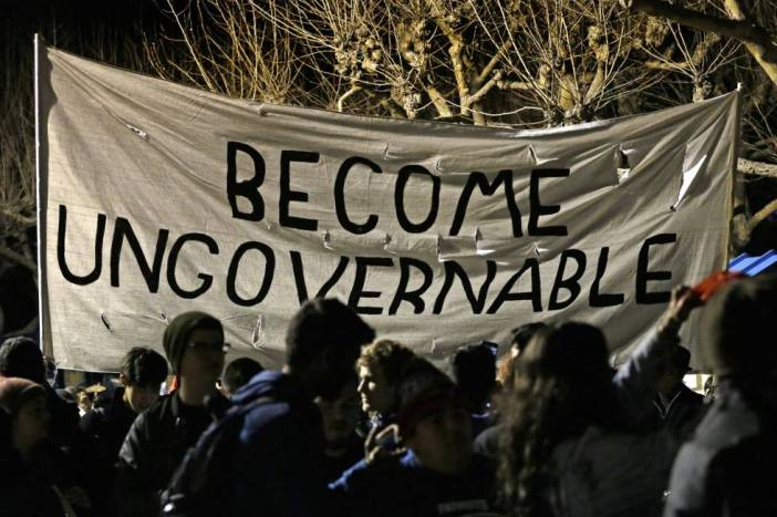 """Un cartel de la protesta en Berkeley que dice: """"Sed ingobernables""""."""