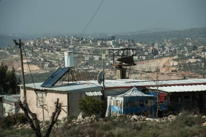 Vivienda prefabricada de la zona oeste de Kfar Tipuah. Al fondo los pueblos palestinos de Jamain y Zeitun