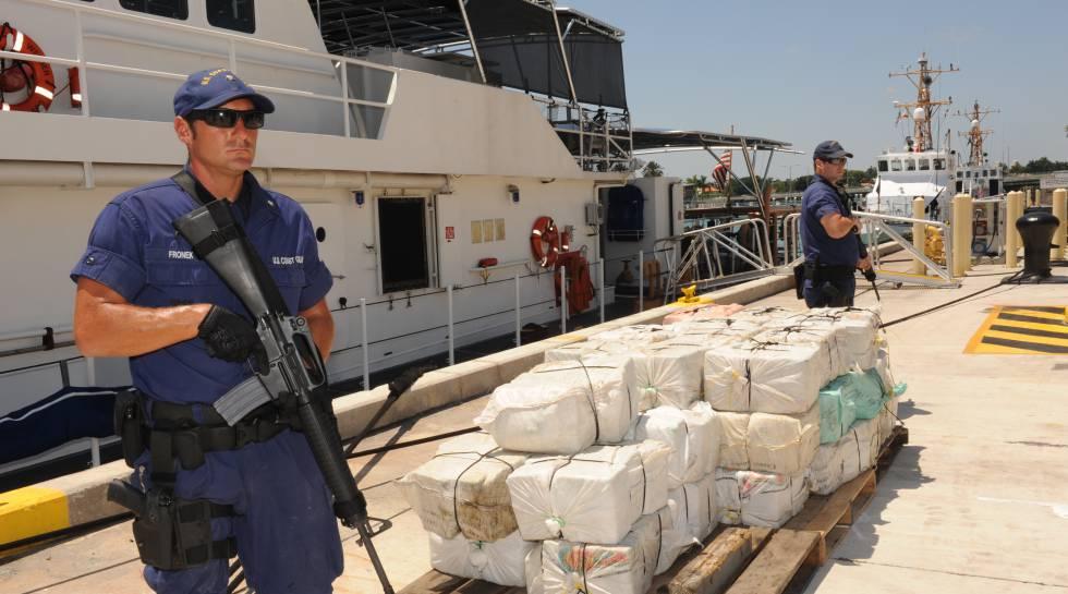 Un agente de guardacostas estadounidense tras la incautación de varias toneladas de cocaína.