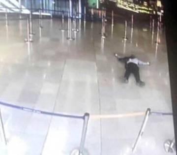 Primera imagen del hombre abatido en Orly. Es un fotograma de una cámara de seguridad.
