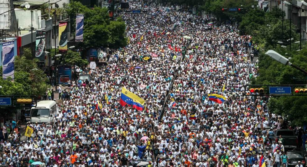 Opositores venezolanos durante la manifestación del jueves 20 de abril, en Caracas (Venezuela).