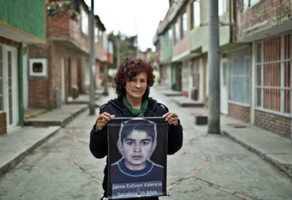 María Sanabria con la imagen de su hijo.