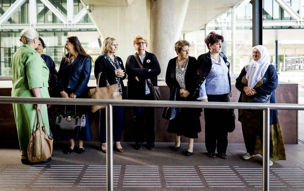 Mujeres de la Asociación de Madres de Srebrenica llegan al Tribunal de Justicia en La Haya (Holanda).