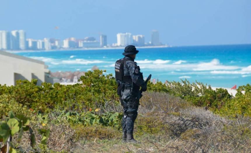 Un agente de la Gendarmería vigila las inmediaciones de la zona hotelera de Cancún