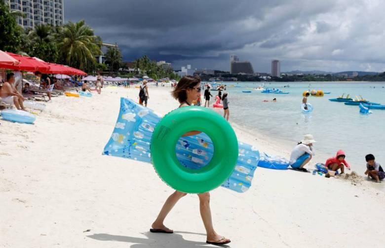 Turistas en la playa de Tumon, en Guam.