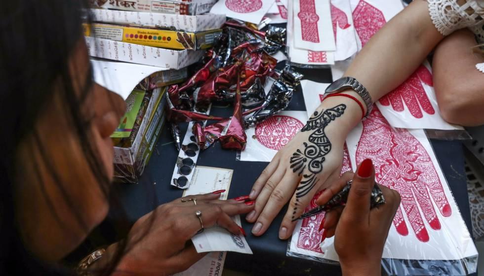 Un Tatuaje De Henna Negra Abrasa El Brazo De Una Niña En Un Hotel