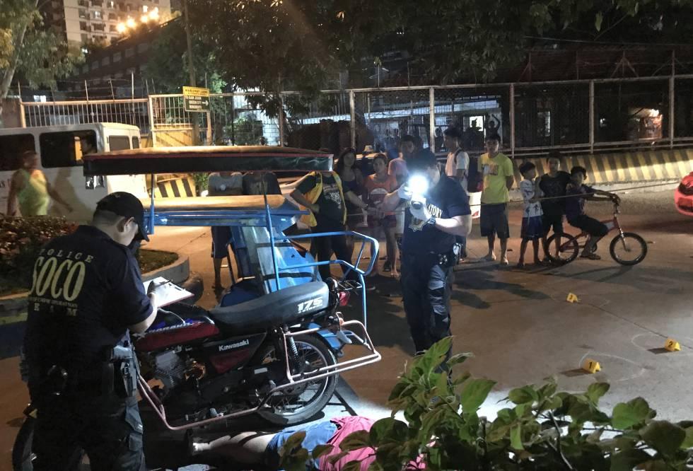 A polícia forense fotografa a cena do assassinato de Jade Manuel Cazcarro em Manila.