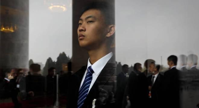 Un miembro de seguridad vigila la sesión inaugural.
